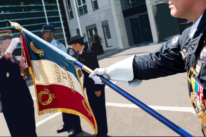Le drapeau du GIGN décoré de la fourragère de la Croix de la Valeur Militaire et la médaille de la sécurité intérieure